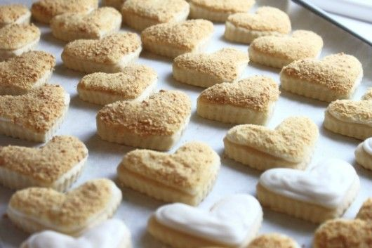 cheesecake cookies with cheesecake icing and graham cracker crumbs: Cakes Cookies, Yummy Desserts, Cookies Stuff, Heart Cookies, Decor Cookies, Epic Foodies, Cheesecake Pop, Favorite Recipes, Cheesecake Cookies