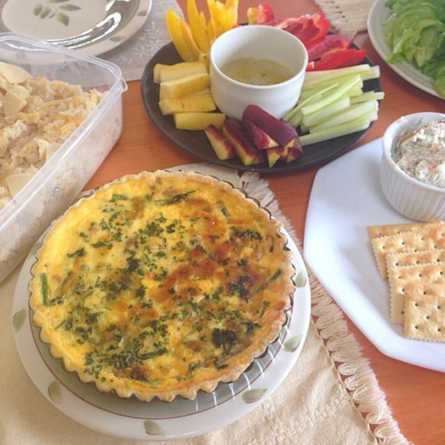 お友達のお家にケータリング( ´ ▽ ` )ノ - 8件のもぐもぐ - ほうれん草とベーコンのキッシュ、スモークサーモンとクリームチーズのディップ、筍ごはん、バーニャカウダ by たえ