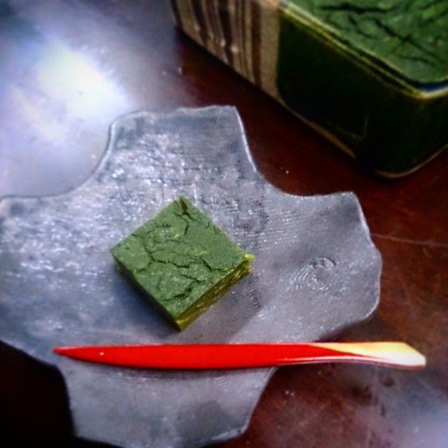 Instagram media by manchiyan - こちらは、手作りの抹茶ういろう。  #杉尾信康  さんの器に。(^q^) #陶器#器#織部#手作り#手作り和菓子#ういろう#和菓子#抹茶
