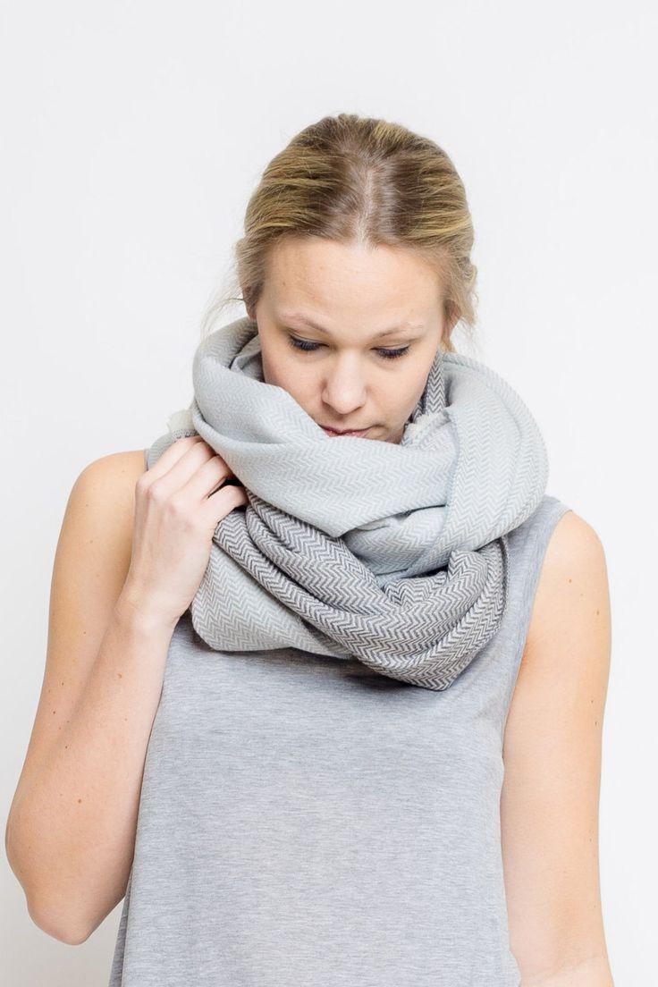 Großer Schal in schlichten Grau-Tönen aus weicher Merino-Wolle hergestellt. Gefunden bei Etsy.