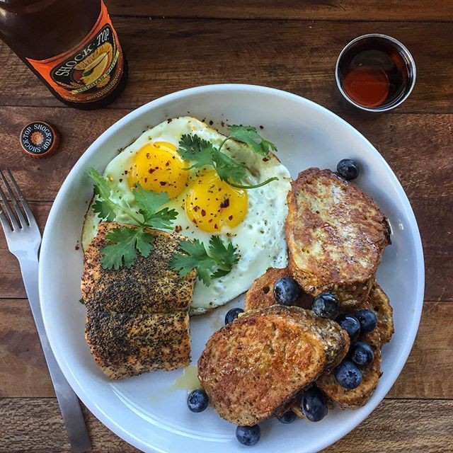 College football weekend off to a good start (#hookem)! I swung by @krogerco this AM to grab a few items for my sweet & savory #brunch: grilled salmon + 2 eggs + multigrain French toast + agave + 🍻. Who you got this weekend? (Texas over ou🙏; long shot but Arkansas over Bama for this week's upset) Boom. (traducción abajo) ----- Bueno comienzo al fin de semana de fútbol americano universitario (#hookem)! Compré unos ingredientes en supermercado @krogerco para hacer este almuerzo: salmón a la…