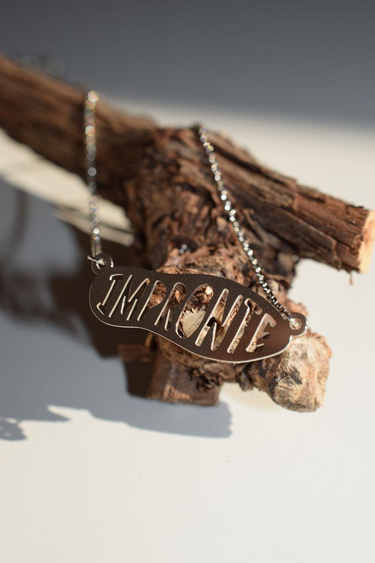 IMPRONTE STOPA - Šperk z klenotnické dílny ve tvaru stopy Impronte z rhodiovaného, kvalitního stříbra, o délce 42 cm. Velikost stopičky 2,5 cm.