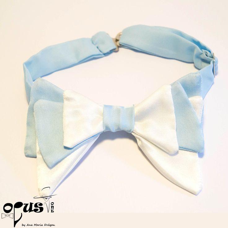 Papion Pre-Tied alb si bleu: Material: bumbac satinat si poliester; Dimensiune: 13,5 x 9 cm; Inchizatori metalice; Reglabil