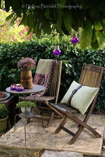 What a great easy idea for a little hideaway in garden areas.. a few tiles and poof - a spot for chairs