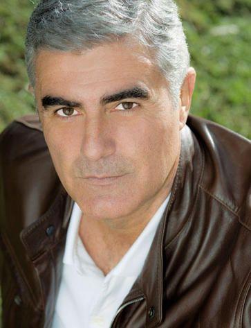 """Al actor Saúl Lisazo, que intepreta al padre Juan Domínguez en """"Gitanas"""", el último éxito de Telemundo, le sientan muy bien las canas, ¿verdad? ;)"""