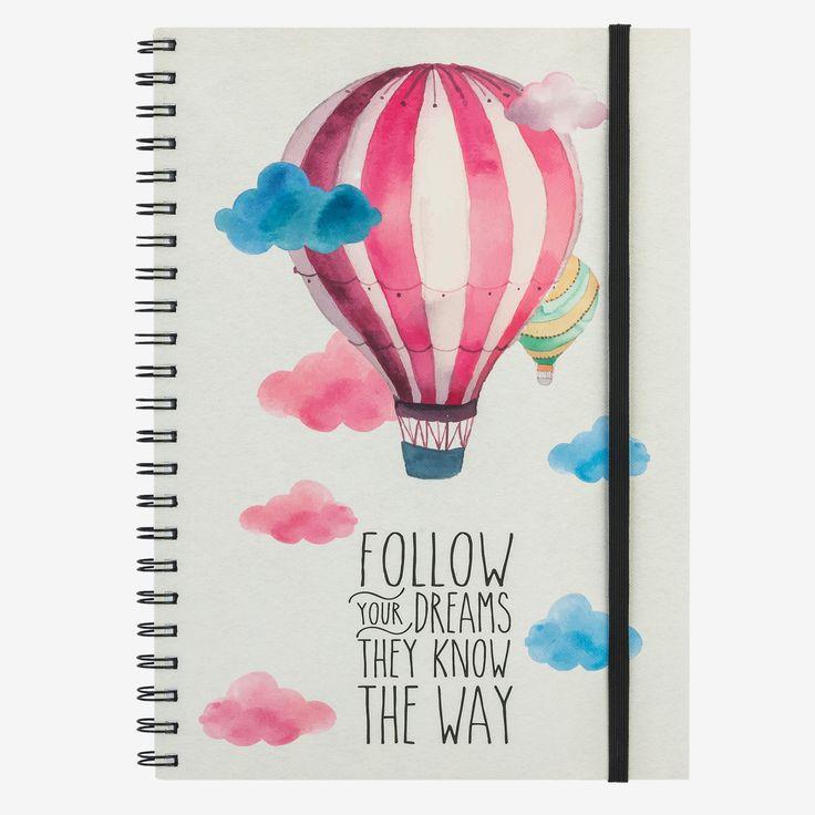 Il quaderno con spirale Follow your dreams they know the way è ideale per annotare pensieri, custodire ricordi e prendere appunti. Perfetto in ufficio, a scuola, nel tempo libero. I quaderni A4 a righe Legami, colorano i tuoi giorni con stile