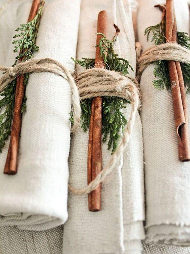 Eine wundervolle Idee für kleine Feiern während der Weihnachtszeit ist dieser Serviettenschmuck mit frischen Zimtstangen.. und einfach noch dazu