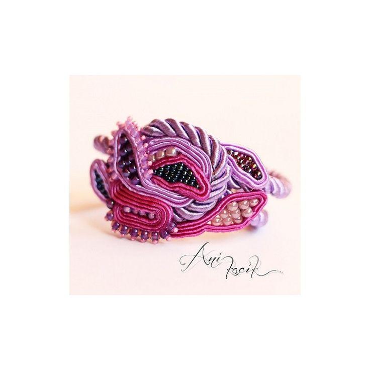 Bransoletka w odcieniach fioletu wykona pracochłonną metodą haftu sutasz/soutache z wykorzystaniem koralików TOHO