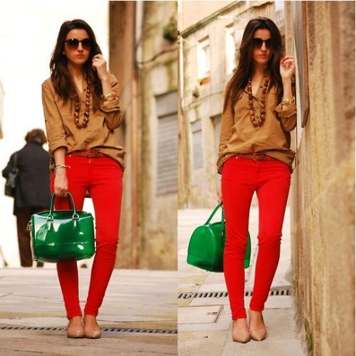 LOVE the green bag - makes the outfit POP!: Colors Combos, Colors Pants, Red Skinny, Red Jeans, Colors Combinations, Green Bags, Bold Colors, Red Pants, Woman Jeans