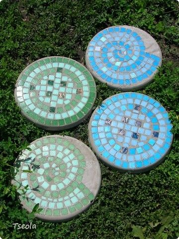 Create your own gorgeous swirly mosaic garden stones with this step by step tutorial!