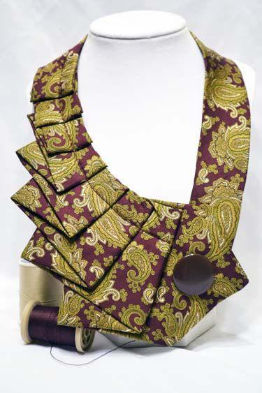 Une nouvelle torsion sur la cravate ancienne! :) Les cravates upcycled faire une déclaration audacieuse et agrémenter un peu «!» à votre garde-robe quotidienne. Essayez-le avec le classique T-shirt blanc & Jean, toute couleur de débardeurs, chemises à col et robes même casual. Il est sûr de faire une impression! Il s'attache avec velcro pour faciliter l'usure et l'enlèvement. La bonne nouvelle est que pas deux cravates sont semblables, donc tout de suite la pensée de vous marcher dans...