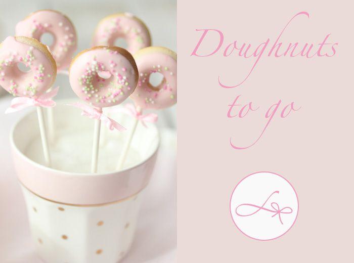 Zur Abwechslung gibt es heute mal eine klitzekleine Mädchen Tatort Knabberei;) Die Jungs können sich ja diese herrlich süßen Mini Doughnuts mit geschlossenen Augen in einer anderen Farbe vorstellen…