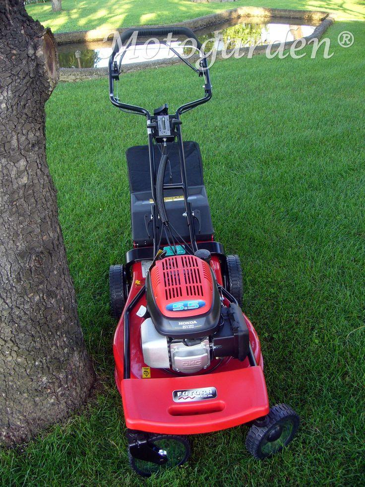 Rasaerba Futura. Ecco come sterzano le ruote anteriori attorno agli alberi. Un aiuto importante per il taglio del prato.