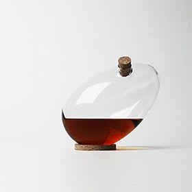 On profitera du repas de Pâques pour exhiber un œuf étonnant : la carafe à alcool éditée par Designerbox, la jeune société française qui expédie chaque mois à ses abonnés un produit design. http://www.elle.fr/Deco/News-tendances/News/L-inspiration-deco-la-carafe-Egg-de-Sebastian-Bergne-2698475