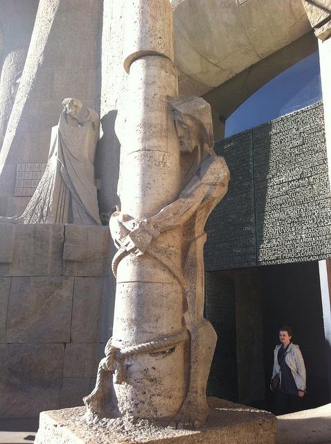 Statue à l'entrée de la Sagrada Familia - #Barcelona