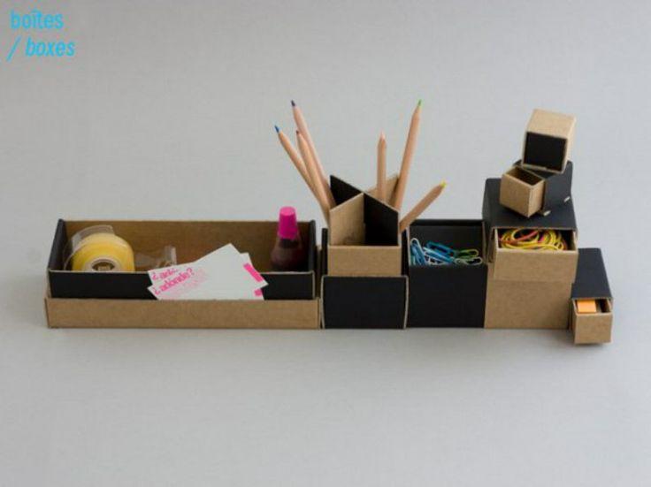 Adonde Box Set. Set di scatole assemblabili da scrivania. Stanchi di non saper più dove riporre attache, matite, forbici e tutti gli altri oggetti da ufficio? Il Box set ideato di Adonde è la soluzione adatta. Le sette scatoline di varie forme e dimensioni sono l'ideale per contenere ordinatamente tutti i piccoli oggetti da ufficio, e non solo. Inoltre, grazie alle geometrie ad incastro possono essere comodamente assemblate e riposte, in uno spazio di soli 23 x 8 cm!
