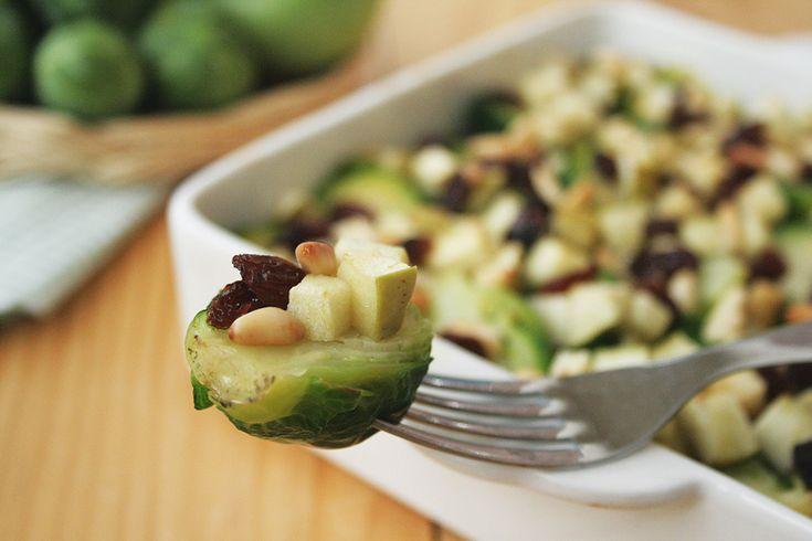 I cavoletti di Bruxelles con mela verde, pinoli e uvetta sono un contorno insolito e gustoso. Un piatto che unisce dolce, salato, acido e croccante.