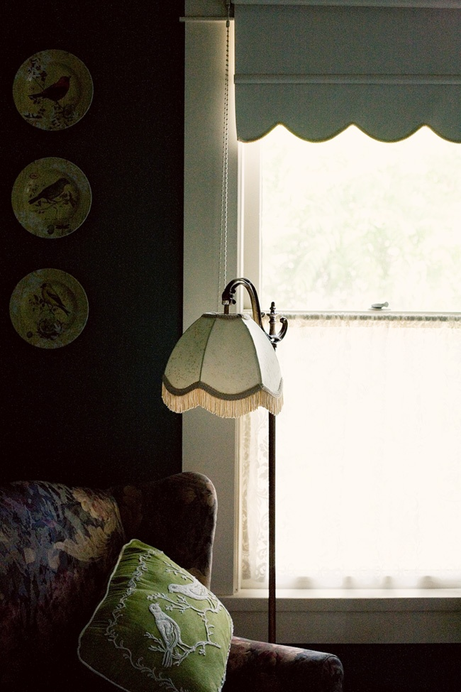 Kid-friendly bed & breakfast - Magnolia Inn in Jacksonville, OR. // Room for my road trip courtesy of @Hotels.com // photo by Bonnie Tsang: Lampshades, Living Room