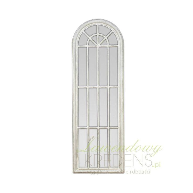 Wysokie lustro w prowansalskim stylu, ozdobione białą przecieraną ramą przypominającą okno.