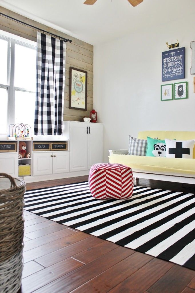 Un décor calme grâce aux couleurs douce du jaune et des murs blancs.