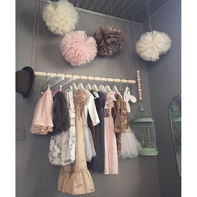 Idag har jag suttit och spanat in snygga upphängningar till barnkläder. Massa klädupphängningsinspo hittar ni på bloggen! www.finabarnsaker.se Den här underbara bilden kommer från @studioelwa