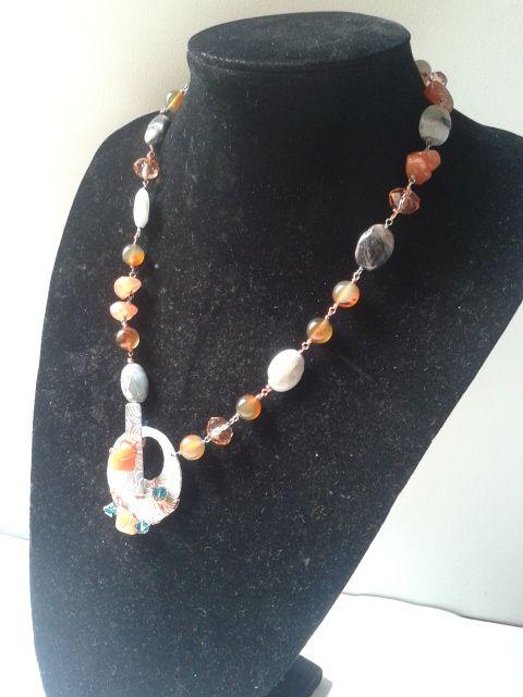 collana in alluminio e pietre dure