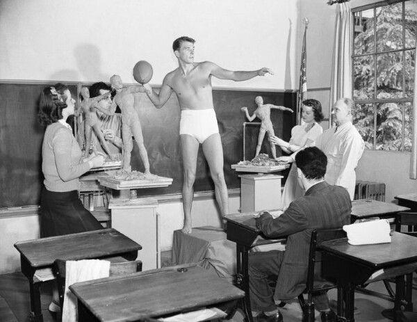 Рональд Рейган позирует для учащихся класса скульптуры в Университете Южной Калифорнии, 1940 год / Ronald Reagan poses for a sculpture class of students at the University of Southern California, 1940