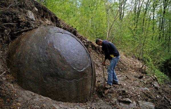 Il mistero dell'enorme sfera di pietra rinvenuta in Bosnia
