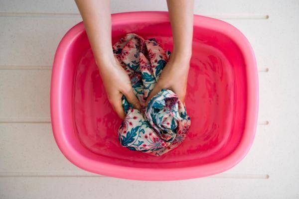 Cómo Lavar A Mano Ropa Delicada Algunas Prendas De Ropa Requieren Cuidados Especiales A La Consejos De Lavandería Eliminar Sangre Seca Quitar Manchas De Moho