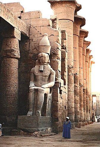 La construction du complexe de Karnak s'est étalée sur plus de deux millénaires avec une succession de construction, de modification, de rajouts, de destructions, de remaniements. (18 ème dynastie) Karnak n'était pas un temple mais un véritable complexe religieux (le plus grand complexe religieux de toute l'Antiquité), une ville.  Il comprend un vaste ensemble de ruines de temples, chapelles, pylônes, et d'autres bâtiments situés au nord de Thèbes.