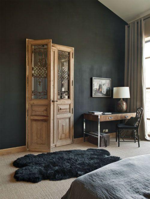 ®prachtige houten deuren , komen geweldig mooi uit in die donkere muur