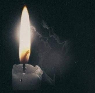 Борис Пастернак  ЗИМНЯЯ НОЧЬ  Мело, мело по всей земле Во все пределы. Свеча горела на столе, Свеча горела.  Как летом роем мошкара Летит на пламя, Слетались хлопья со двора К оконной раме.  Метель лепила на стекле Кружки и стрелы. Свеча горела на столе, Свеча горела.  На озаренный потолок Ложились тени, Скрещенья рук, скрещенья ног, Судьбы скрещенья.  И падали два башмачка Со стуком на пол. И воск слезами с ночника На платье капал.  И все терялось в снежной мгле Седой и белой. Свеча горела…