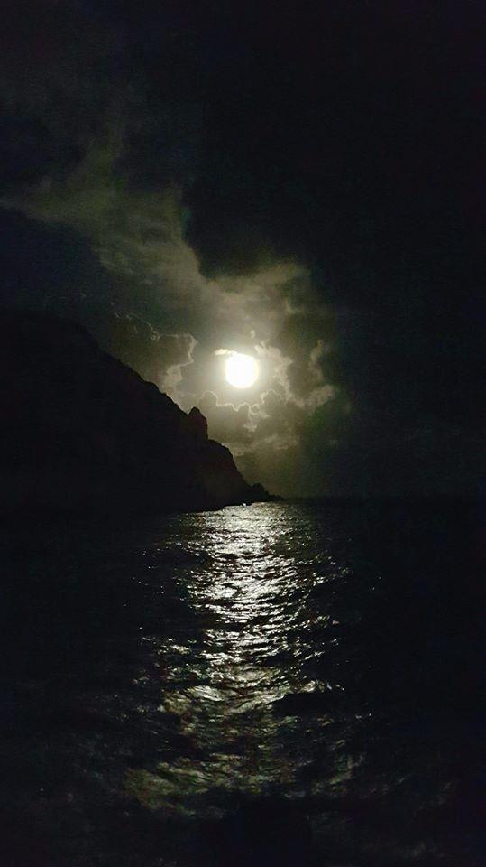 Xàbia Meravellosa - Jávea Maravillosa   Buenas noches amigos. Al salir de trabajar vi como se abría un claro en el cielo y se asomaba la luna frente al Cabo de San Antonio. Felices sueños a todos.