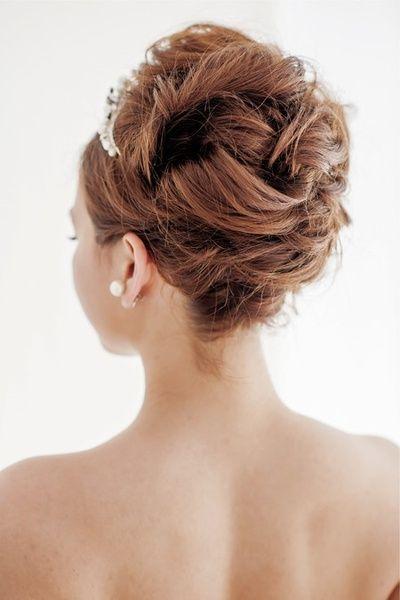 サイドと後ろの髪はいくつかの束に分けて、ゆるくねじりながら毛流れが出るよう後ろ中心へ流して留めていきます。  ■お問い合わせ先 マリア ラブ...