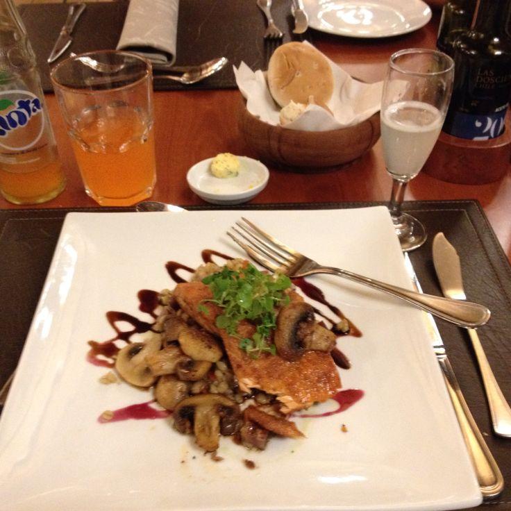 Comida en Puerto varas !!!mmmm.  Maravillosaaaa.  Noche hotel   cabañas del lago