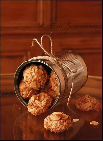 Ореховое печенье 250 г лесных орехов (миндаль) 2 белка 3 ст. л. муки 60 г мелкого сахарного песка + 1 ст. л. щепотка соли пластинки миндаля