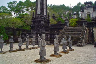 http://www.vietnamitasenmadrid.com/hue/que-ver-hue-vietnam.html La tumba del emperador de Hue, al estilo de los guerreros de Xian en China