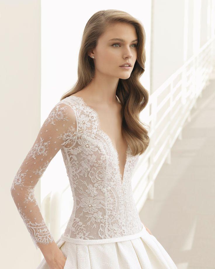 Dieses klassische Modell ist pure Eleganz und Weiblichkeit. Es kombiniert ein Oberteil aus strassbestickter Spitze mit einem herrlichen Rock aus Mosaik-Brokat, der mit Eingrifftaschen ausgestattet ist. Rosa Clará Couture 2018.