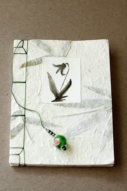 Cuaderno con papel reciclado con inclusiones de hojas