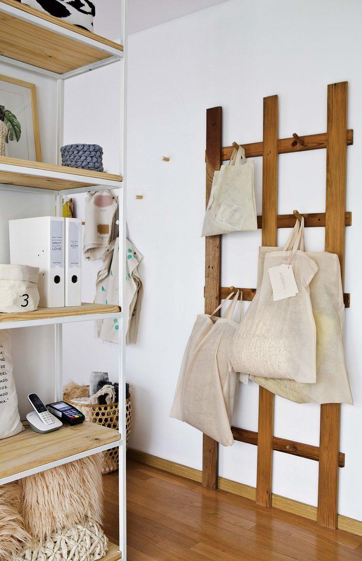 Monoambiente chico: ideas para transformarlo en una oficina / estudio, de la mano de Apatheia deco. Entramado de madera como perchero y organizador de pared.