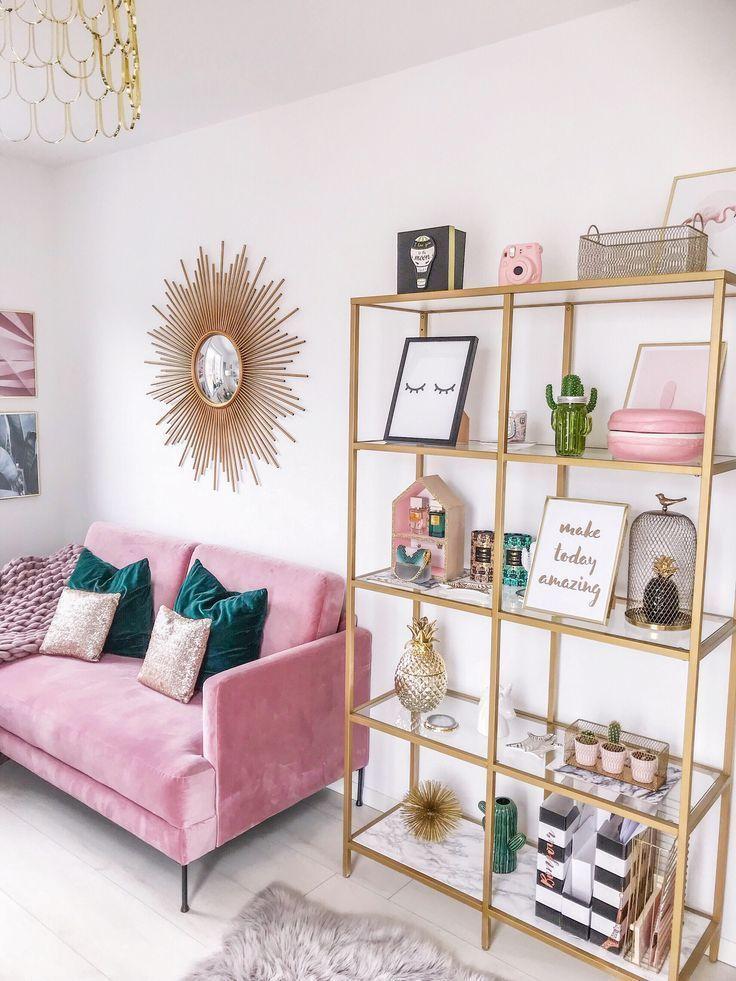 Minimalistischer Wohnkultur mit rosa und türkisen Farben, rosa Couch, tausend Jahre alt
