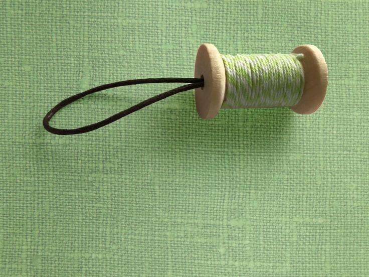 """Portachiavi """"Thread"""" rocchetto di filo colorato in legno di eXception01 su Etsy"""
