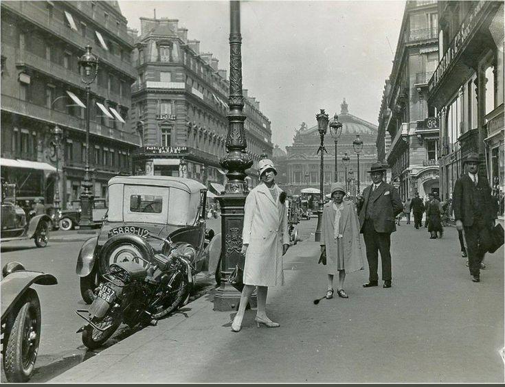 Avenue de l'Opéra, un jour ordinaire, vers 1925... (Paris 1e/2e)