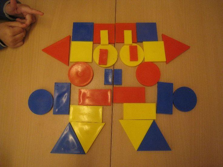 Spiegelen met logi-blocks. De spleet tussen 2 tafels is de middellijn/spiegellijn.