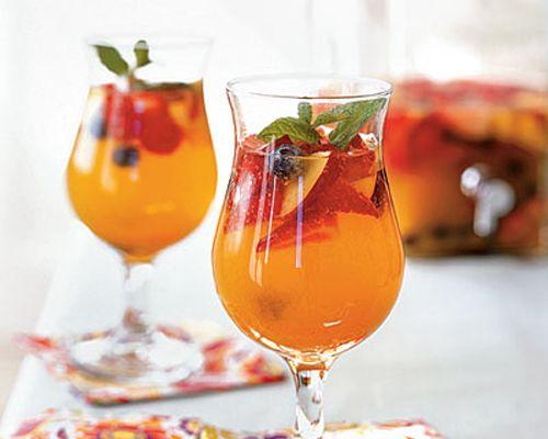 Combinação de frutas e espumantes.