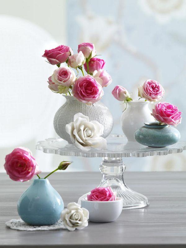 1 Bund Minirosen in Rosa5 Minivasen (Kaufhaus)Tortenplatte mit Fuß (z. B. von IKEA)evtl. ein Stiel Flieder in WeißScharfes Messer1. Rosen