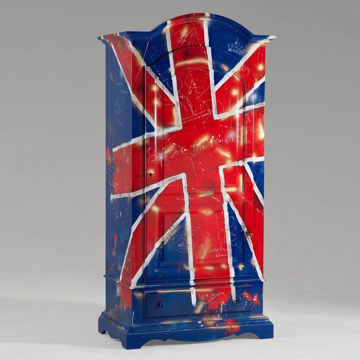 Armadio a un'anta e un cassettoin legnostile country, decorato con bandiera del Regno Unito. Finito a mano e prodotto in Italia da Castagnetti 1928.