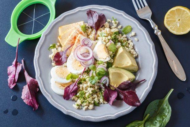 Zůstala vám po velikonočním koledování uvařená vejce? Dejte je do talíře plného salátového mixu, který se skládá z bulguru, avokáda a jarní zeleniny. Vše jednoduše nakrájíte pomocí kráječe.