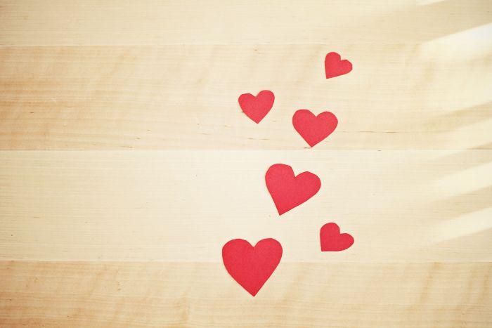 Quelques petites attentions pour prendre soin de notre moitié et lui prouver que l'on tient à lui/elle. Des idées simples, romantiques et peu coûteuses.