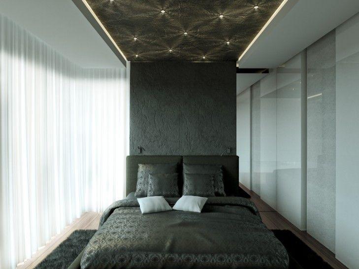 Projekt stylowej, ciemnej sypialni z królewskim, dużym łóżkiem. We wnętrzu dominują czernie połączone z bielą. Na suficie znajdują się małe dekoracyjne lampki imitujące gwiazdy.